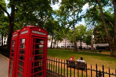 Die roten Telefonzellen gehören genauso zu London wie die roten Doppeldeckerbusse